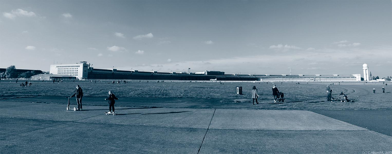 Blick von der nördlichen Startbahn auf Hangar und Flughafengebäude