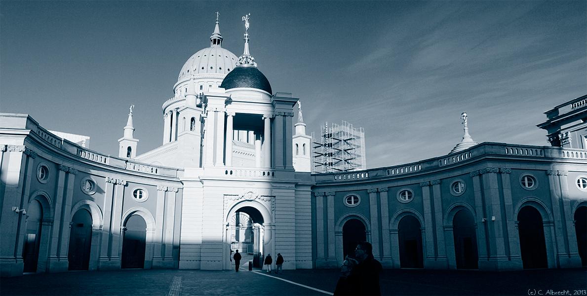 um den Alten Markt: Blick aus dem Hof des Landtags in Richtung Nikolaikirche