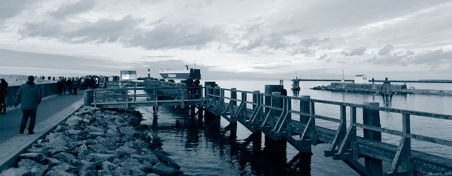 Mole und Hafeneinfahrt am Feiertagsnachmittag