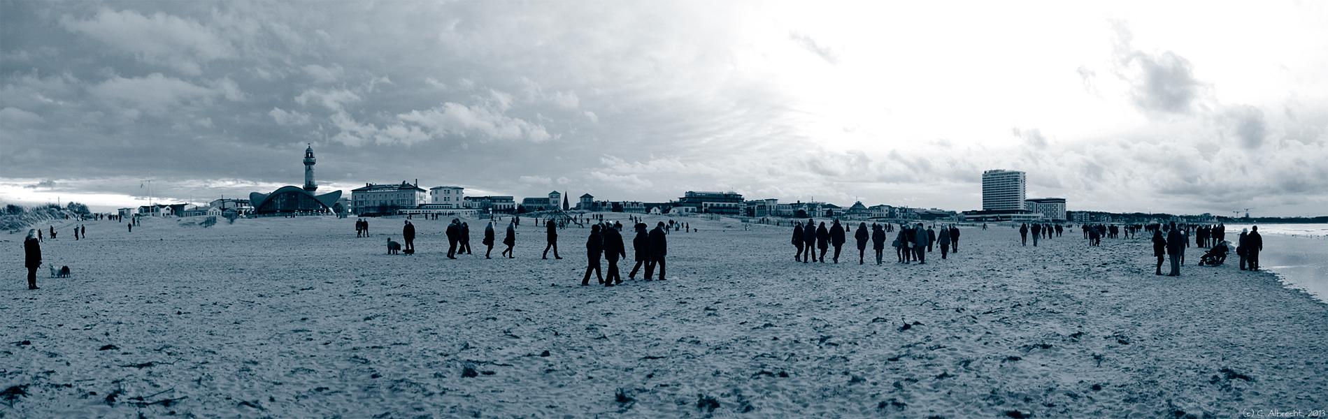 Silhouette des Seebads Warnemünde mit Strand