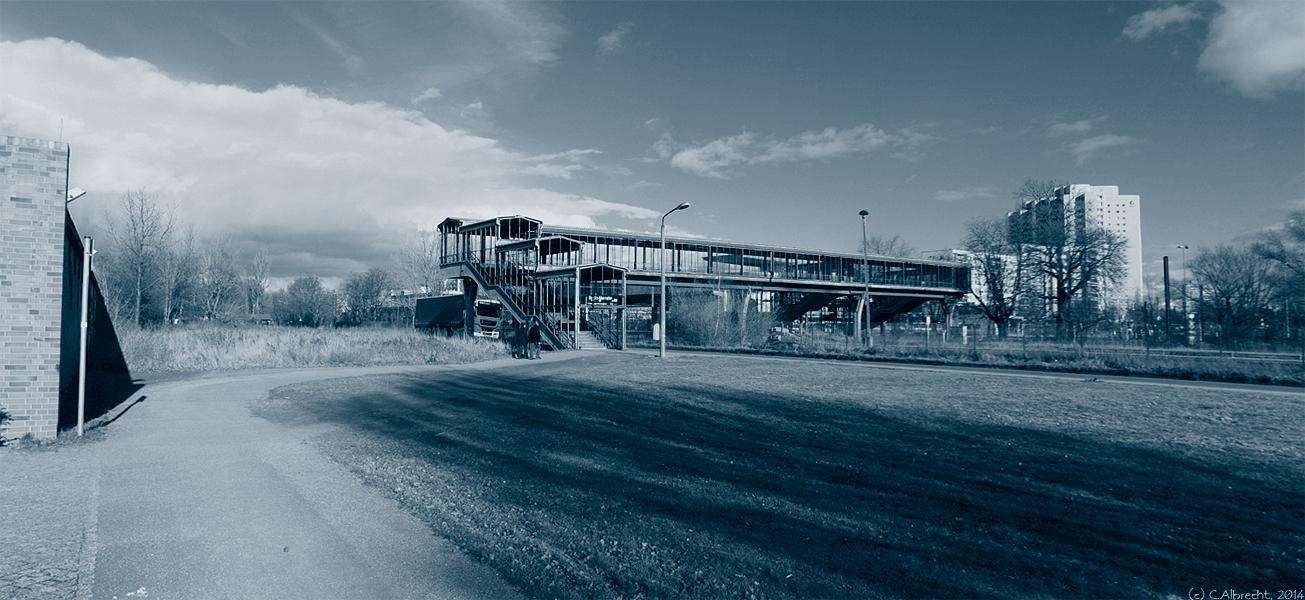 Anbindung des Standortes Marzahn an Großwohnsiedlung und ÖPV - in der Gegenwart heruntergekommener alles andere als barrierearmer Zugang zum Parkfriedhof Marzahn
