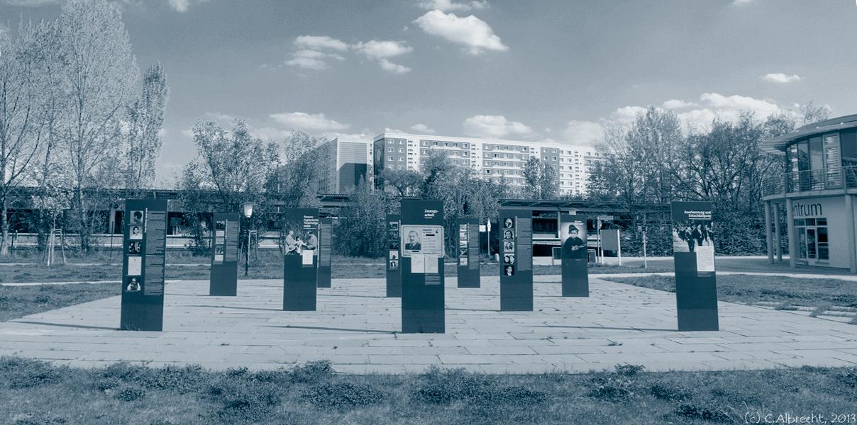 an der Gedenkstätte für die im Nationalsozialismus ermordeten Sinti und Roma in Marzahn (Ort der Erinnerung und Information) am S-Bhf.  Raoul-Wallenberg-Straße