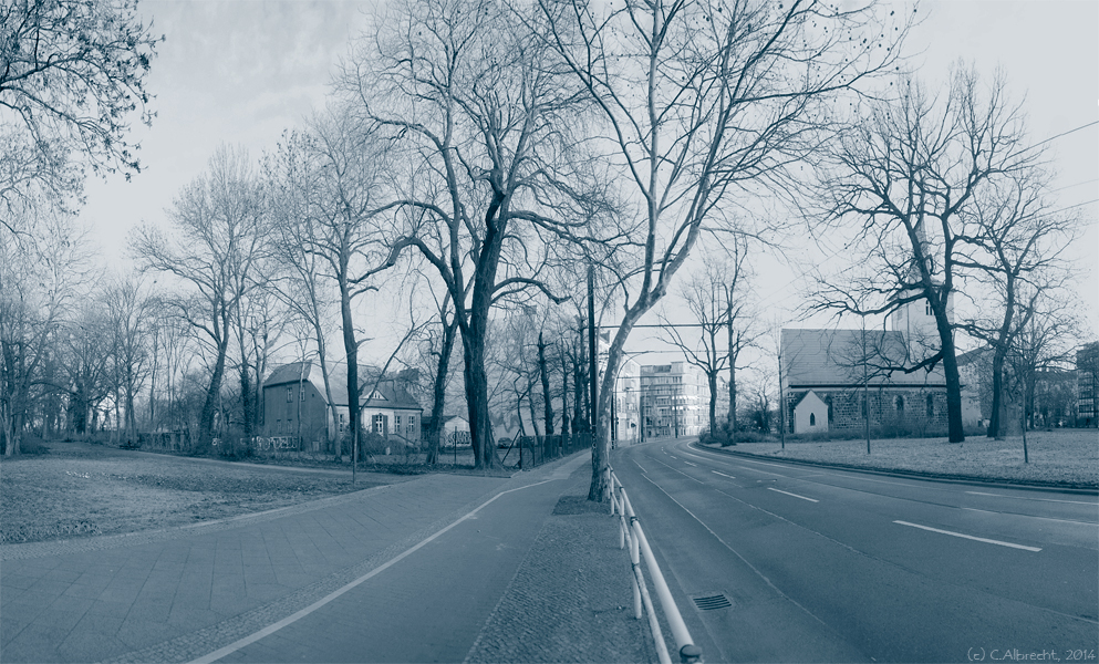 Blick entlang der Möllendorfstraße: Altes Pfarrhaus Lichtenberg (Baujahr: 1848) (links) und Alte Pfarrkirche (Grundrisse aus der Mitte des 13. Jhd.) (rechts)
