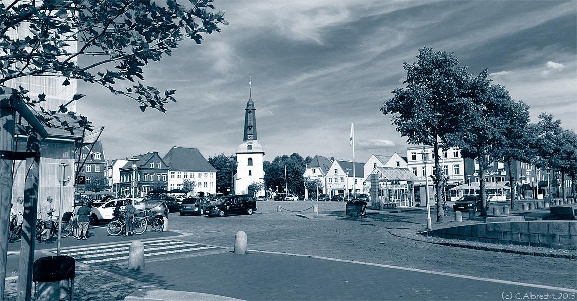 Blick auf den Glückstädter Marktplatz und die Stadtkirche Glückstadt
